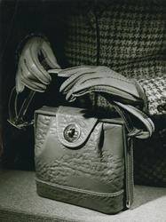 Väska från Brandahl och handskar från Nordiska
