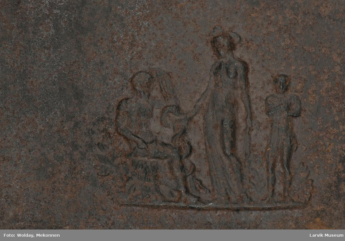 Sittende mann til venstre, stående kvinne i midten og stående barn til høyre.