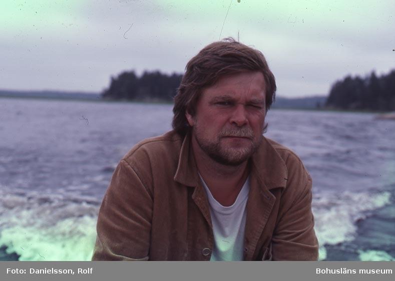 Byggnadsantikvarie Rolf Danielsson i en båt på en sjö på Kynnefjäll