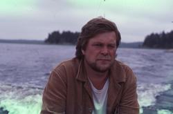 Byggnadsantikvarie Rolf Danielsson i en båt på en sjö på Kyn