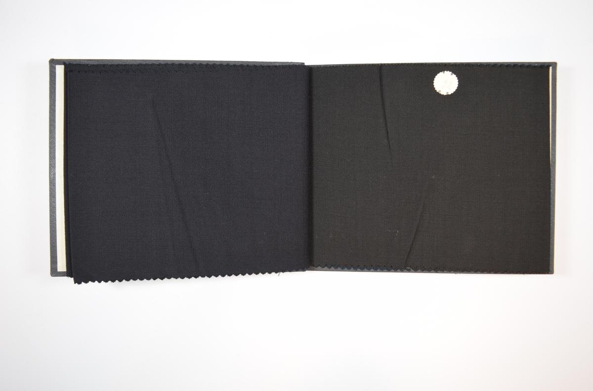 Rektangulær prøvebok med fire stoffprøver og harde permer. Permene er laget av hard kartong og er trukket med sort tynn tekstil. Boken inneholder relativt tynne men tette stoff med samme stripemønster i veven, men med ulike farger. Ensfargede stoff. Baksiden/vranga er mye jevnere uten særlig stripemønster. Stoffet ligger brettet dobbelt i boken slik at vranga skjules. Stoffet er merket med en rund papirlapp, festet til stoffet med metallstifter, hvor nummer er påført for hånd. Innskriften på innsiden av forsideomslaget indikerer at begge stoffene i boken har kvalitetsnummer 2110.   Stoff nr.: 2110/30, 2110/31. 2110/32, 2110/33.