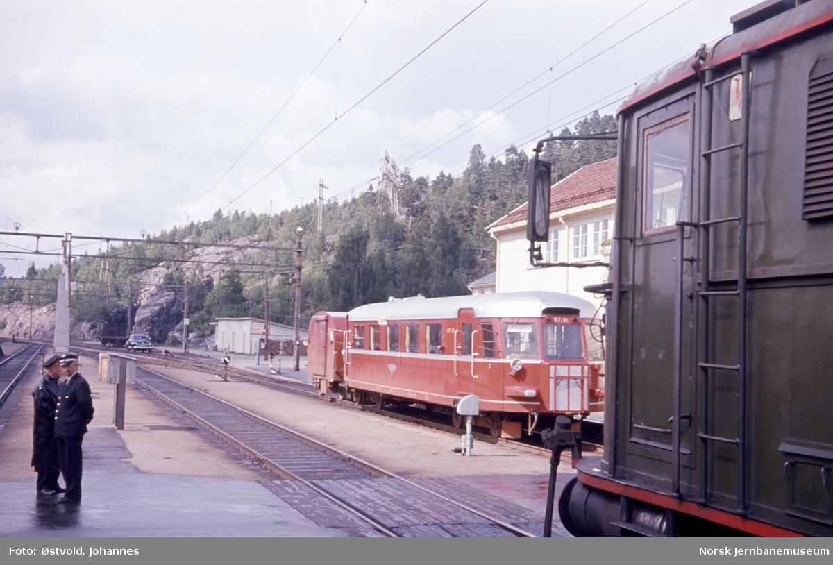 Nelaug stasjon med motorvogn fra Treungen - motorvogn Bmdo 87.81 med Gx-tilhenger