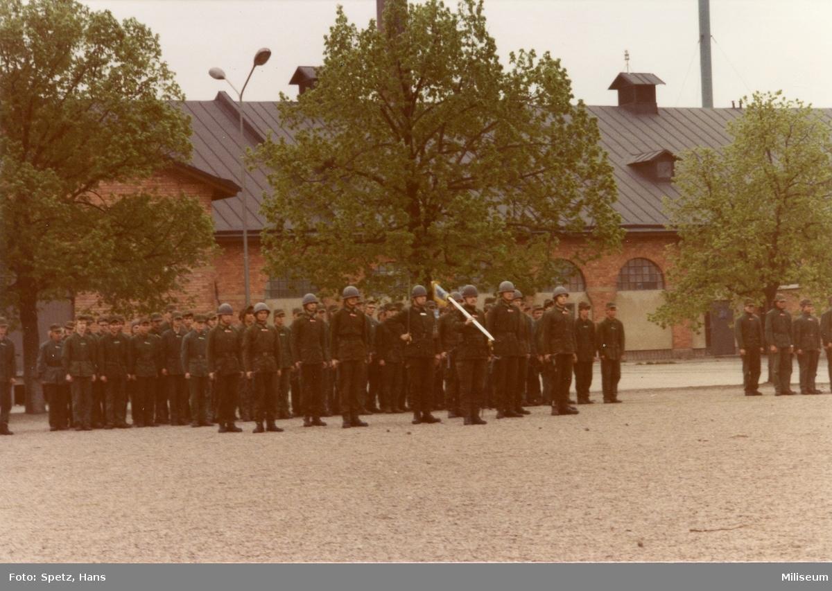Prisutdelning, A 6. Kaserngården. Parad för standaret.