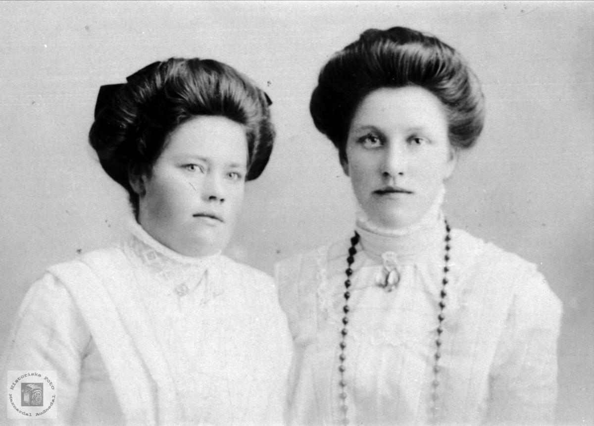 Portrett av søstrene Ingeborg og Bertine Abelset i Bjelland.
