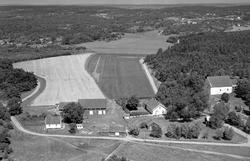 Hvaler prestegård og Hvaler kirke, flyfoto 1953.