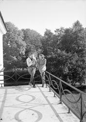 Kvinna och man på balkong, Hjulsta säteri, Enköpings-Näs soc