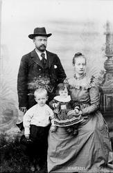 Kjernefamilie, 2 små barn, kjole. Ole Berntsen og kona Sigri