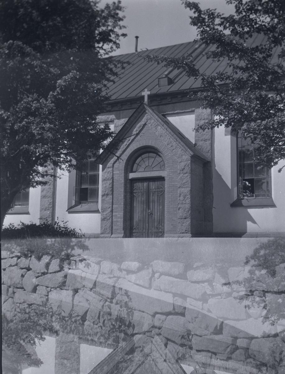 Tuna kyrka, sidoentrén mot söder.