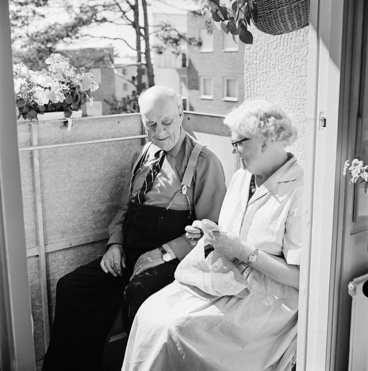 """""""Herr och fru Svensson har en egen täppa på solbalkongen"""" i Uppsala stads åttonde och nyaste pensionärshem på Gnejsvägen i västra Eriksberg"""