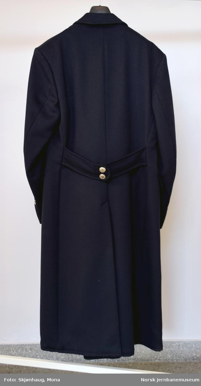 Uniformsfrakk for kjørende personale. Dobbeltspent, sølvknapper og 2 sølvstriper.