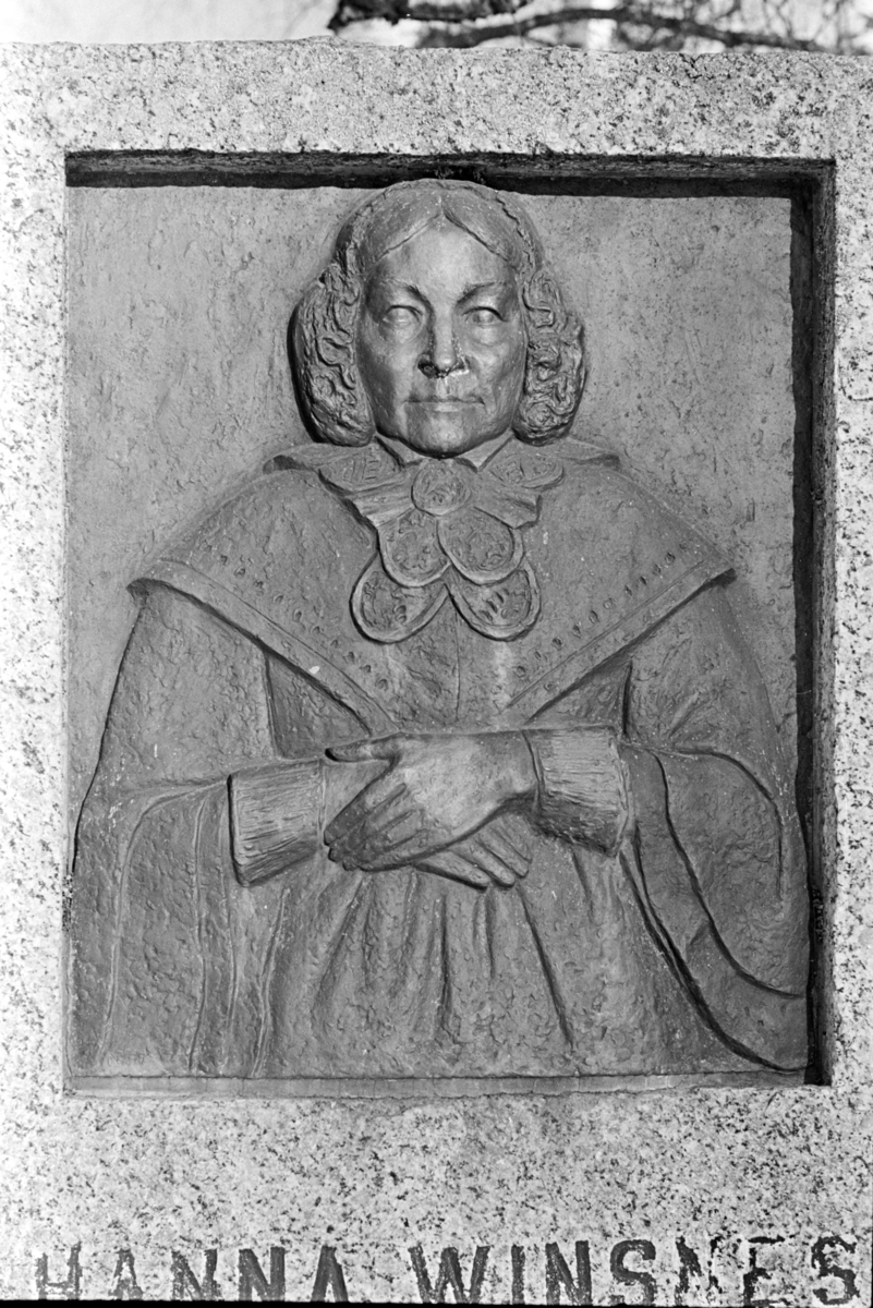 """Minnestein Hanna Winsnes 23.08.1789 - 19.10.1872. """"Med takk fra norske kvinner 23 august 1939"""""""