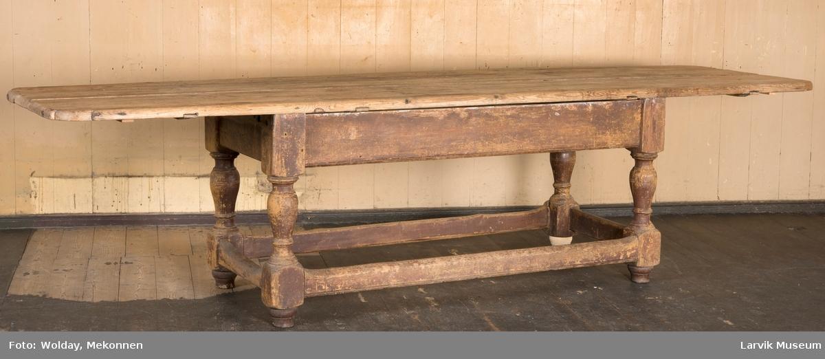 Rektangulær plate med buede hjørner. 4 dreide balusterformede ben. 4 rette sprosser. sarg og sprosser tappet i bena, festet med trenagler.
