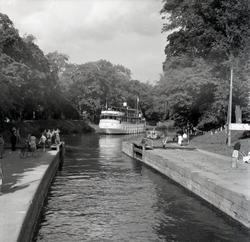 Passagerarbåten Astrea går ur en sluss i Göta Kanal.