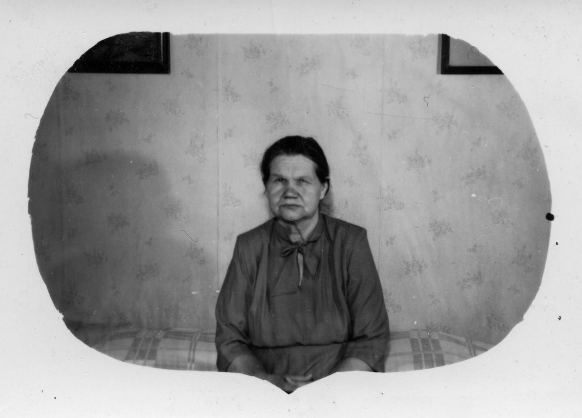 Anna Kandola avbildet i stua i Varangerhuset på Slettmoen, Golnes.