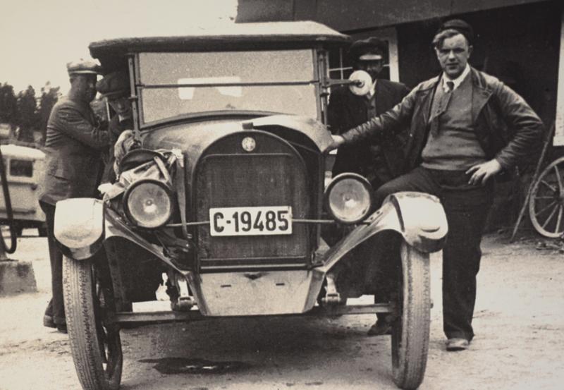 Gunnar Håkensen og nytt kjøretøy foran den gamle smia.