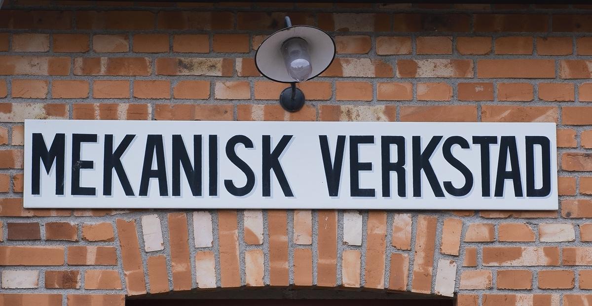 Presentation av Skansens Mekaniska verkstad med maskiner från 1920-talet. Museipedagogen Mikko Svensson visar hur man slutpolerar mässing. På Skansen lever både historien och hantverket. Här finns världsunik expertis inom hantverk och slöjd.