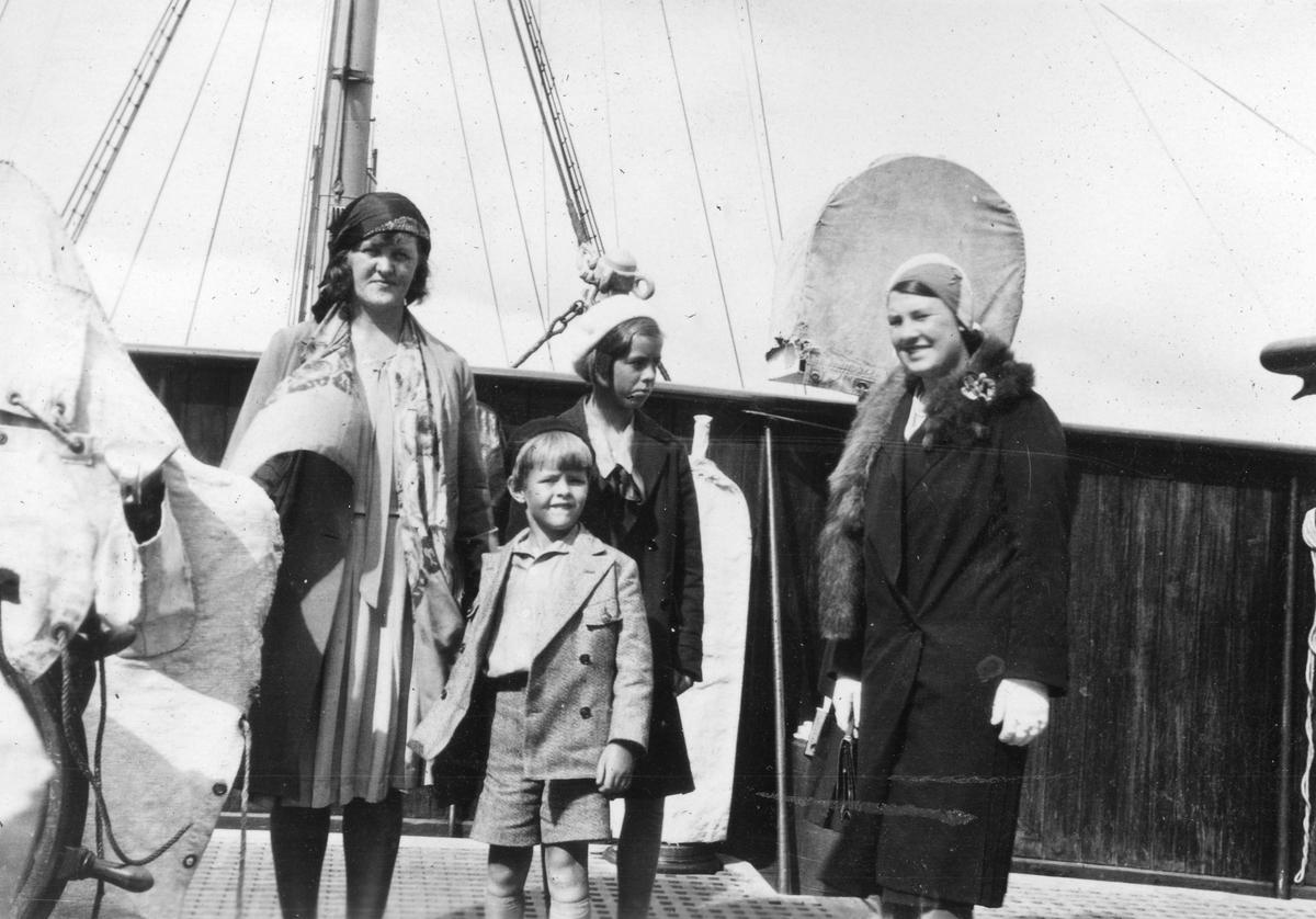 """Sommeren 1931. Bildetekst: På Bergensfjord kommandobro,1931"""""""