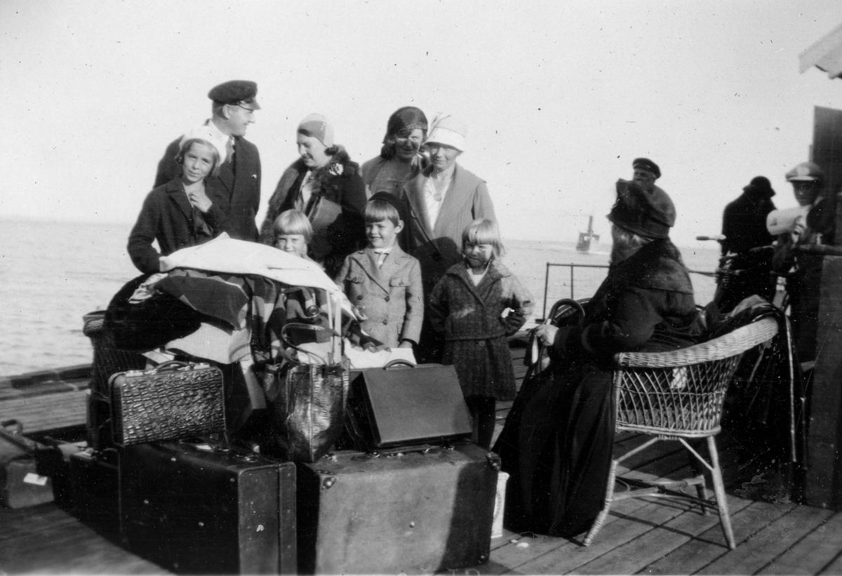 """Sommeren 1931. Bildetekst: """"Avreisen etter en fin sommer, 1931"""""""