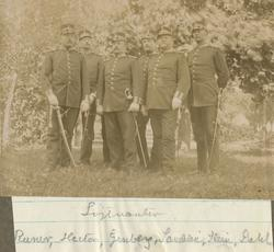 Gruppbild med löjtnanter från Hälsinge regemente. Enligt bil