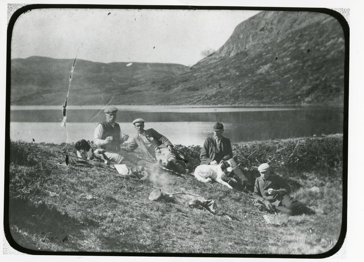 Andreas Lineikro og Rasmussenfolka. Tatt ved Rabalstjernet ca 1895, på rypejakt.