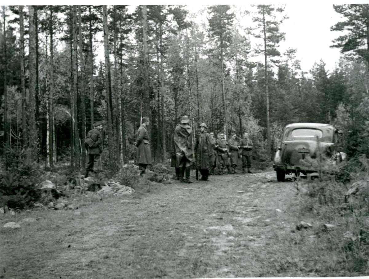 Fälttjänstgöring (vid en skogsväg). Villingsberg, Närke.