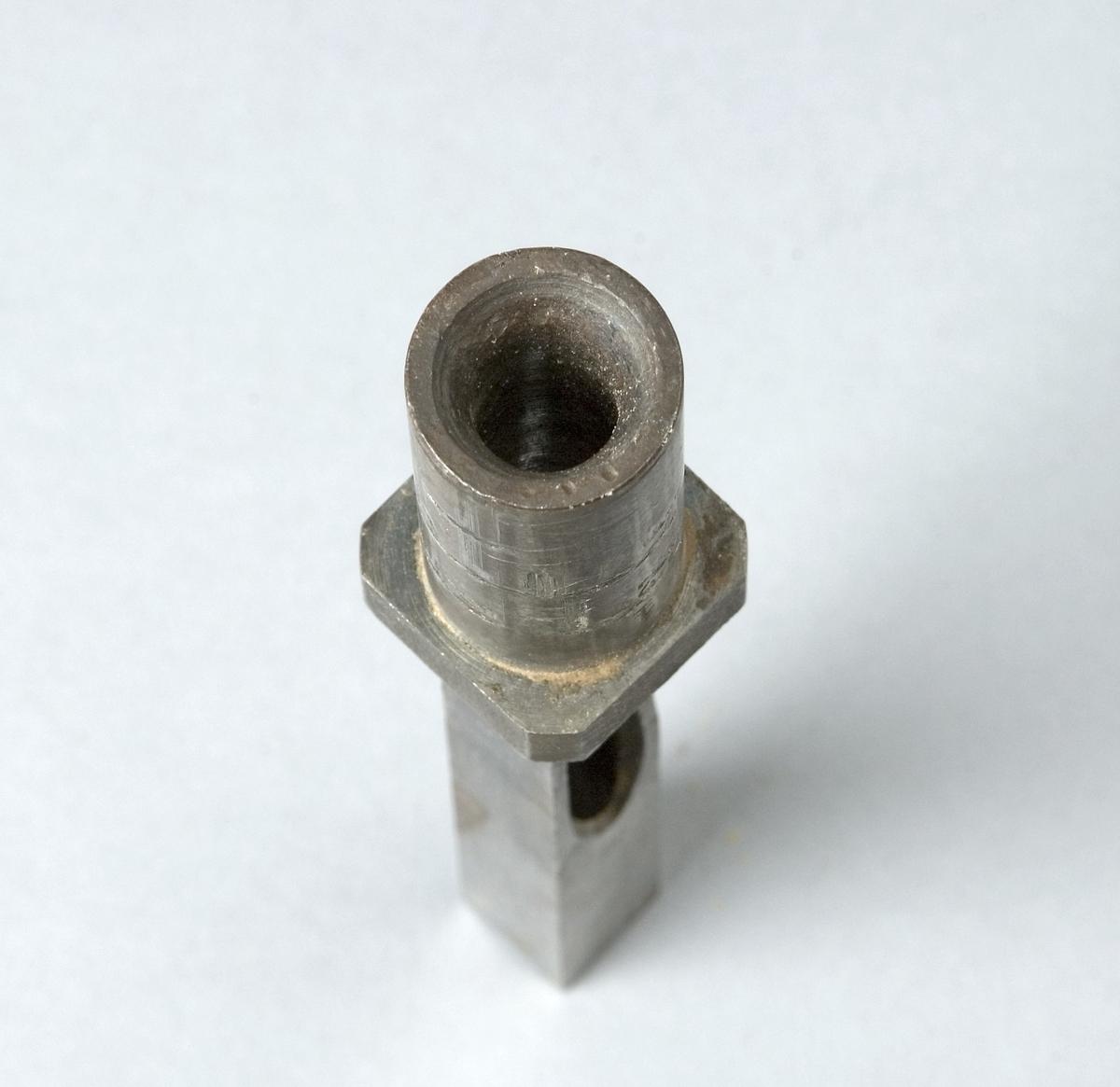 Fyrkantsborr av stål. Instansat: 1/2.  Funktion: Göra hål i trä