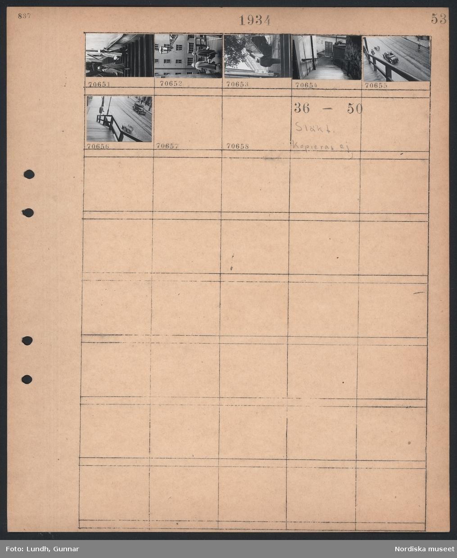 Motiv: Katarinavägen; Gatuvy med regnvåt gata och fotgängare och bil, två kvinnor går i en trappa.  Motiv: Släkt kopieras ej; Ej kopierat.