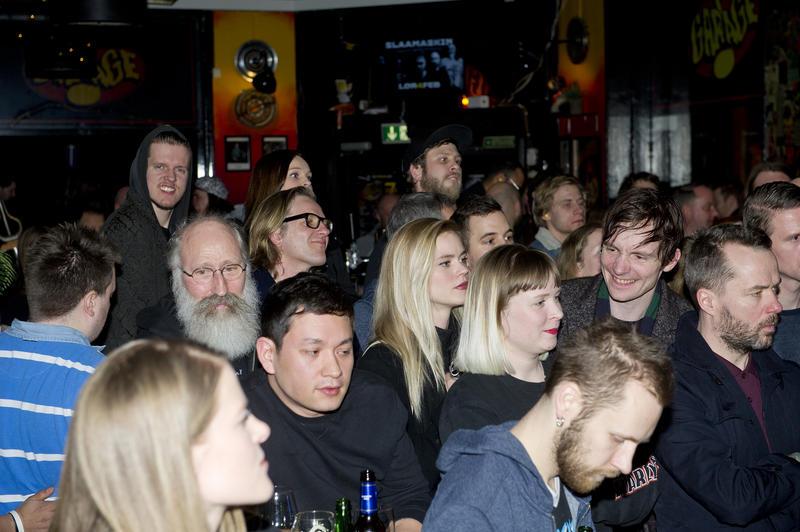 Publikum på konsert i baren i første etasje.  Foto Helge Skodvin.