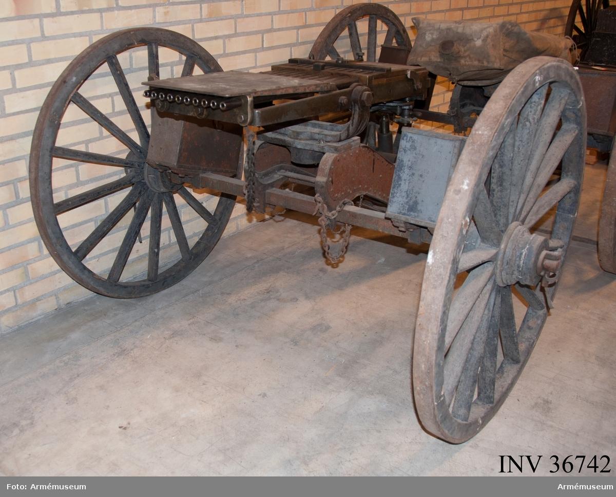 Grupp E IV a.  Detta är den första tillverkade kulsprutan av Palmcrantz & Winborg m/1875. Dock finns inget skrivet på tillverkningsplåten med uppgifter om tillverkare och år. Däremot syns tillverkningsnumret. Magasin saknas liksom patronledare och verktyg. Se stämpel på insidan av verktygslådans lockstöd.