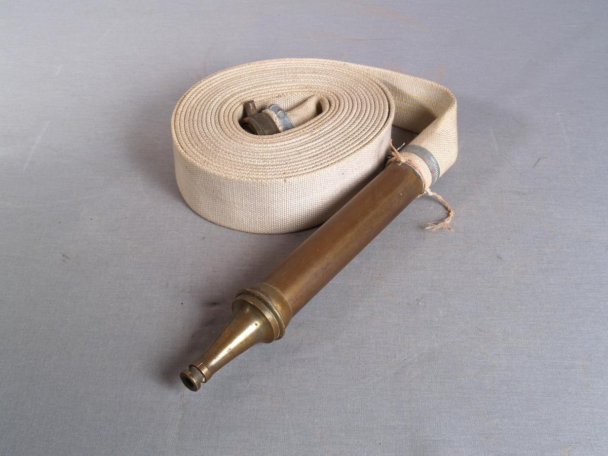Brannslange i grovt vevd tekstil. Kobling og strålemunstykke i metall.