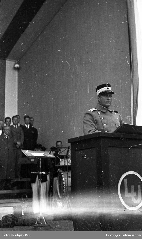 Kronprins Olav holder tale i Levanger under byjubileet i 1936.