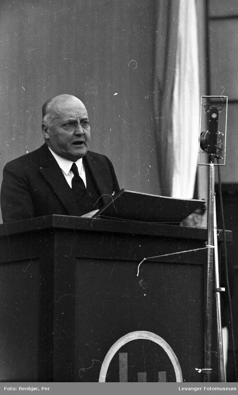 Mann holder tale under, Kronprins Olav besøk i Levanger under byjubileet i 1936