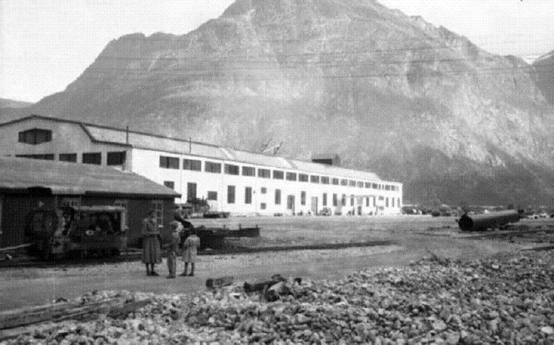 Fra Sunndalsøra og Aurabanen. I forgrunnen til venstre et diesellokomotiv som tyskerne anskaffet til banen.