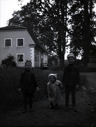 Tre barn på Tuna gård.