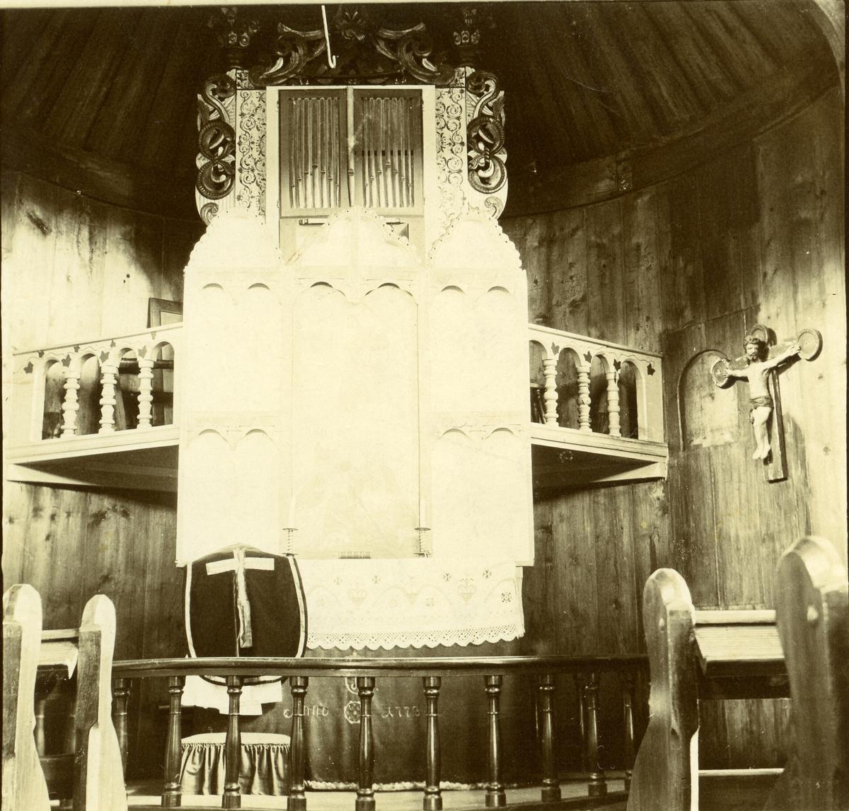 Reinli stavkyrkje, Sør-Aurdal. Fra koret med altertavla.