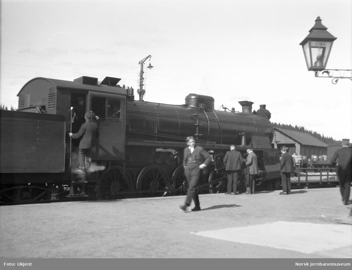 Nytt damplokomotiv type 26c fra Motala Verkstad (nr. 378 eller 379) på Eina stasjon