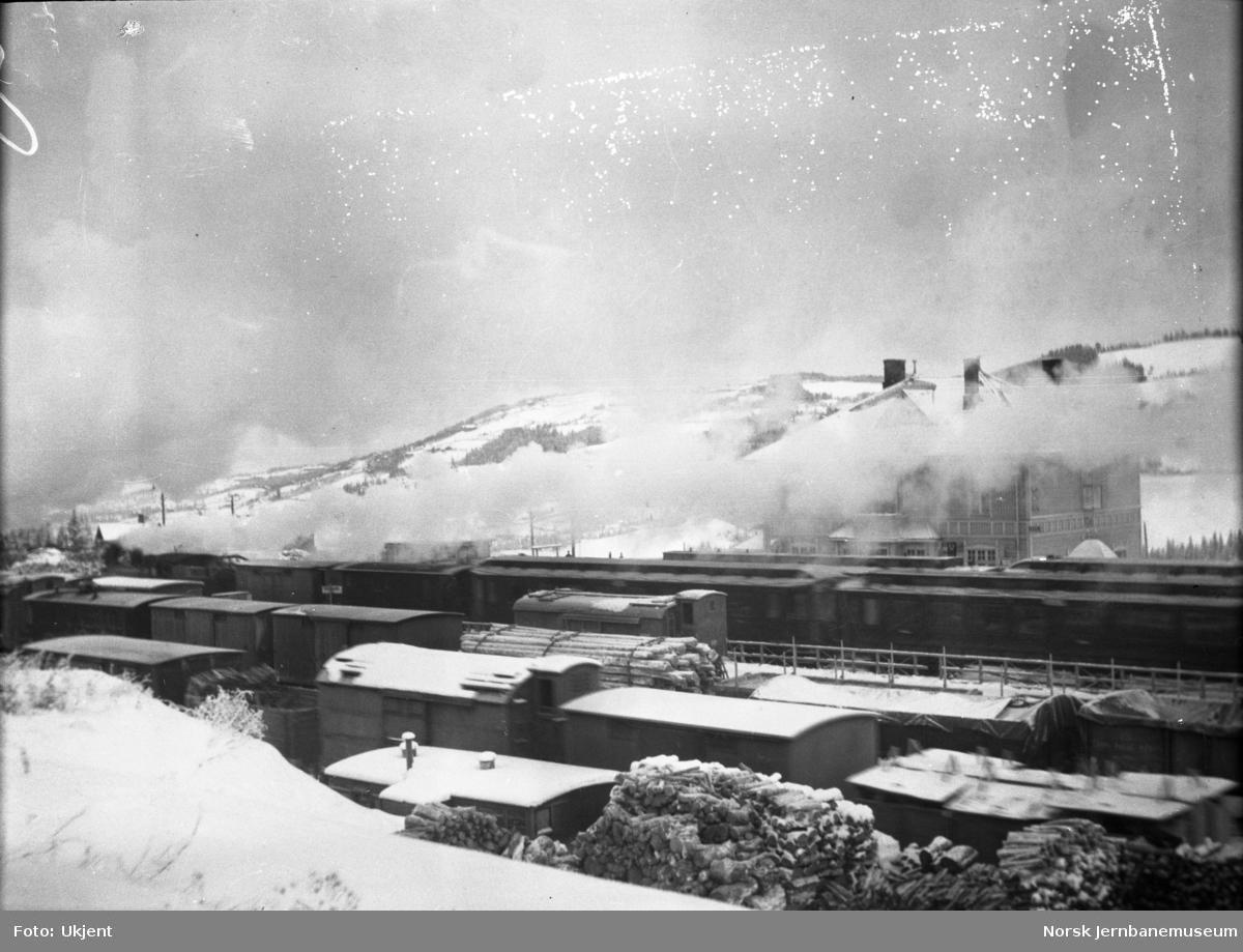 Roa stasjon, vinterbilde av en stasjon med fullt opp av tog og vogner