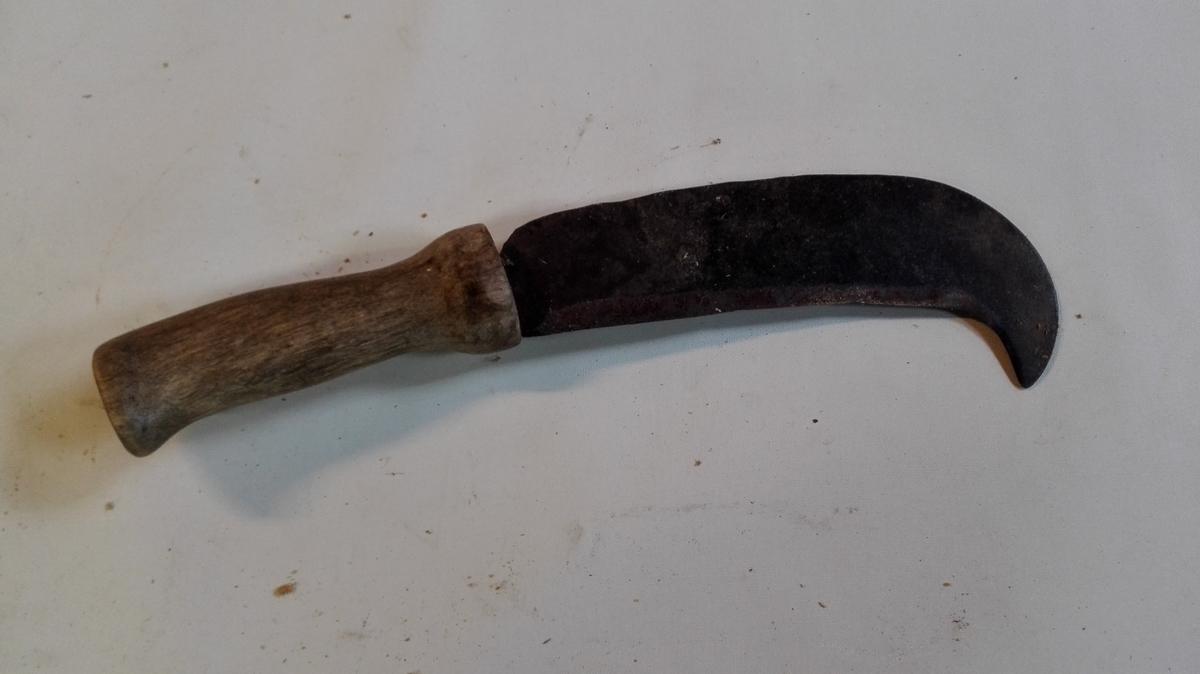 Ein lauvkniv eller ein snidel, dvs. ein kraftig kniv som vert nytta for å sanka lauv. Lauvkniven har eit breiett avrunda blad, smidd med innoverbøygd egg, slik at ein kan skjera av tynne greiner med å dra i kniven. Den er truleg smidd av lokal smed. Snidelen har fint bearbeidd, ubehandla trehandtak,