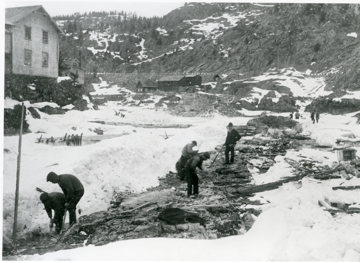 Bygging av dam ved Storebrufoss tresliperi.