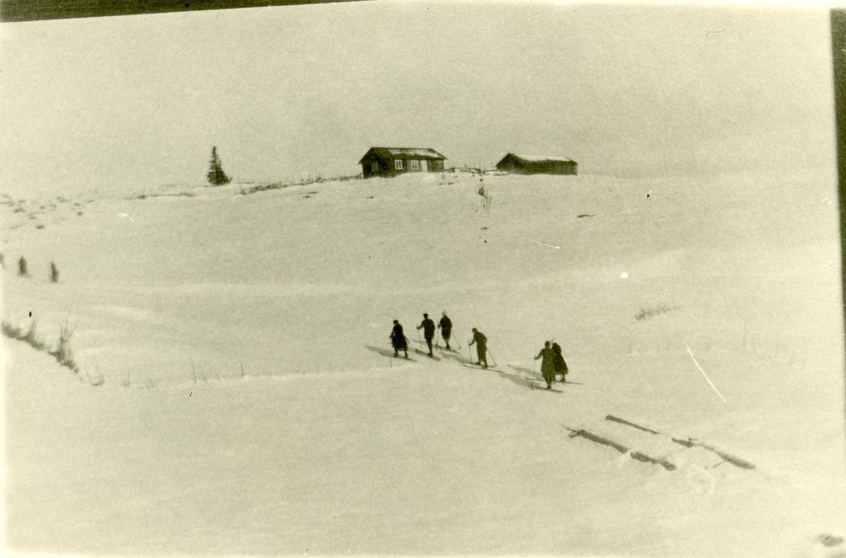 6 personer går på ski nedenfor Svartsetra.
