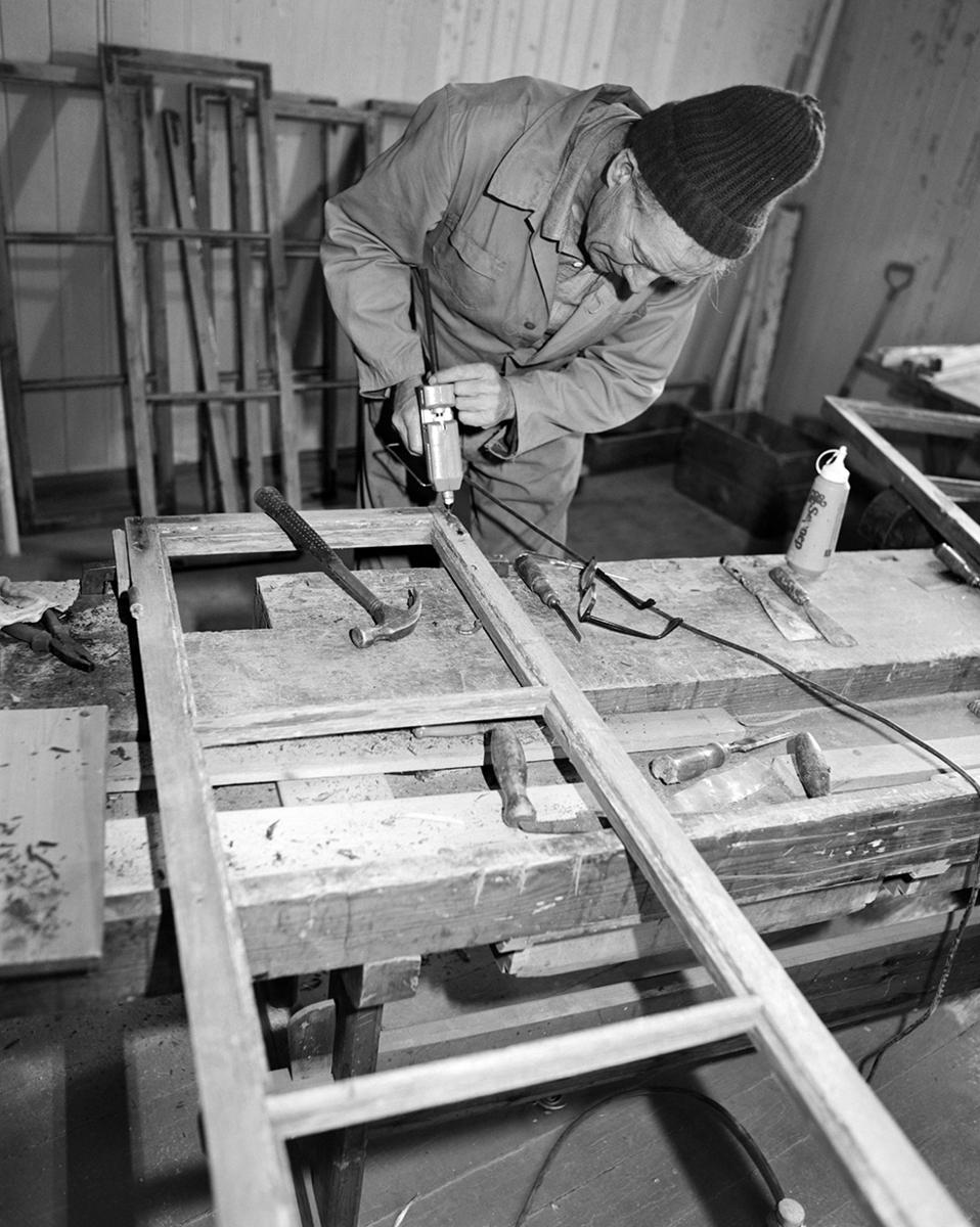 Klevfos Industrimuseum, Ådalsbruk, Løten. Otto Østlund restaurerer vinduer.