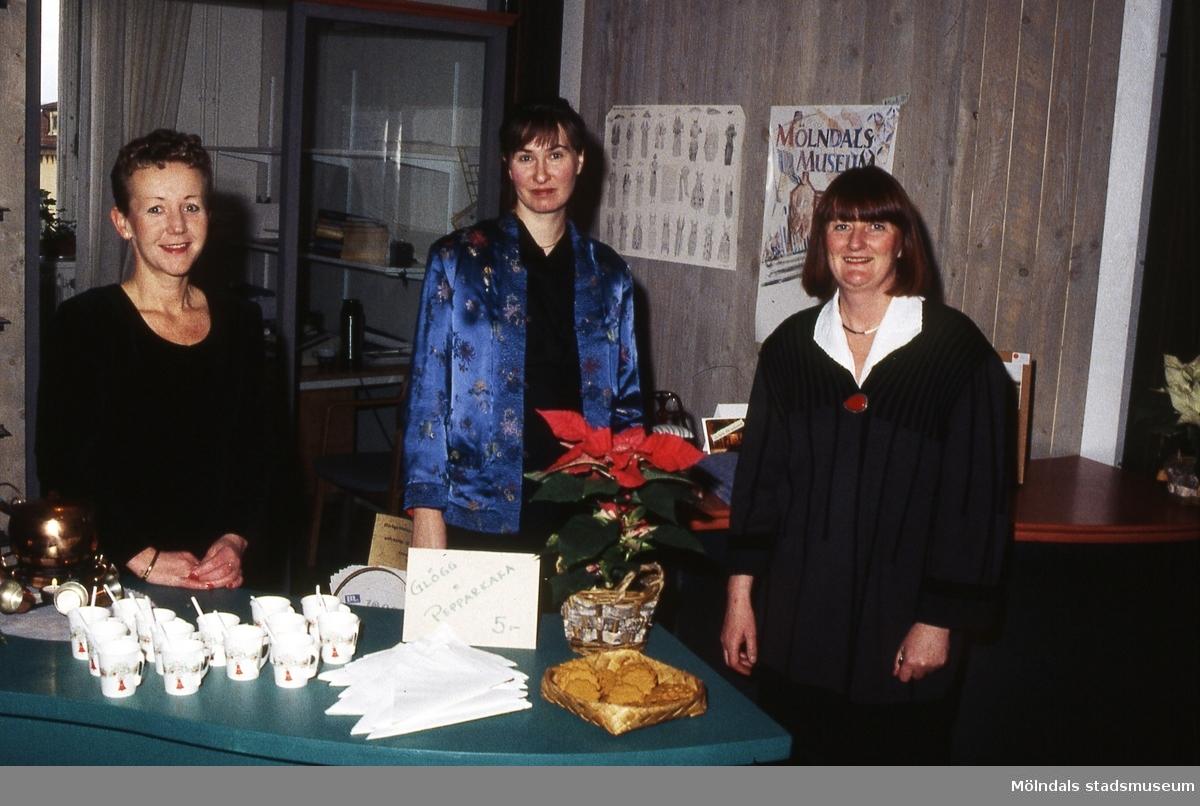 Julmarknad på Mölndals museum den 5/12 1993. Försäljning av glögg och pepparkakor. Från vänster Pia Persson, okänd samt Mari-Louise Olsson.