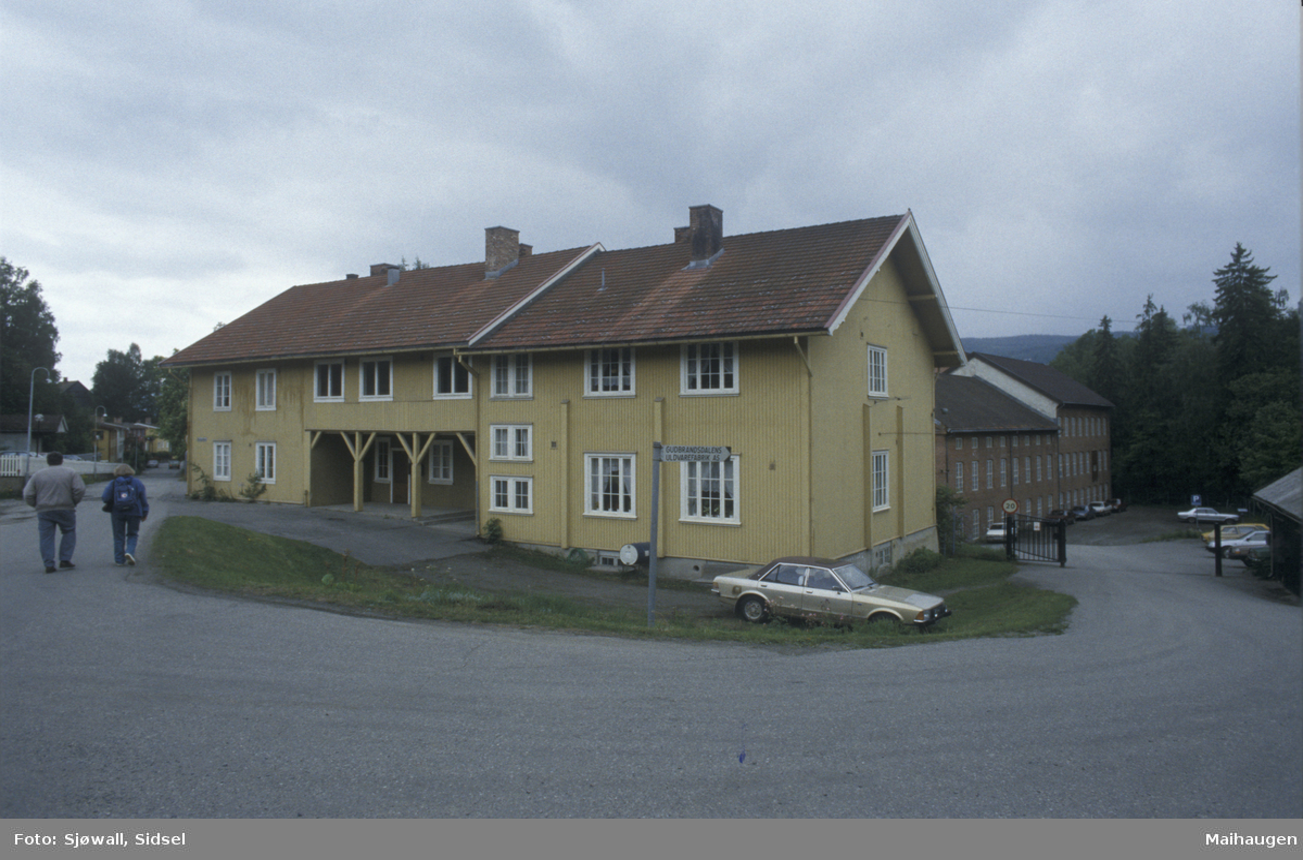 Lillehammer, Sorgendal, bolighus i Morterudvegen. Arbeiderbolig tilhørende Gudbrandsdalens Uldvarefabrik A/S er i bakgrunn, 2 dubl.