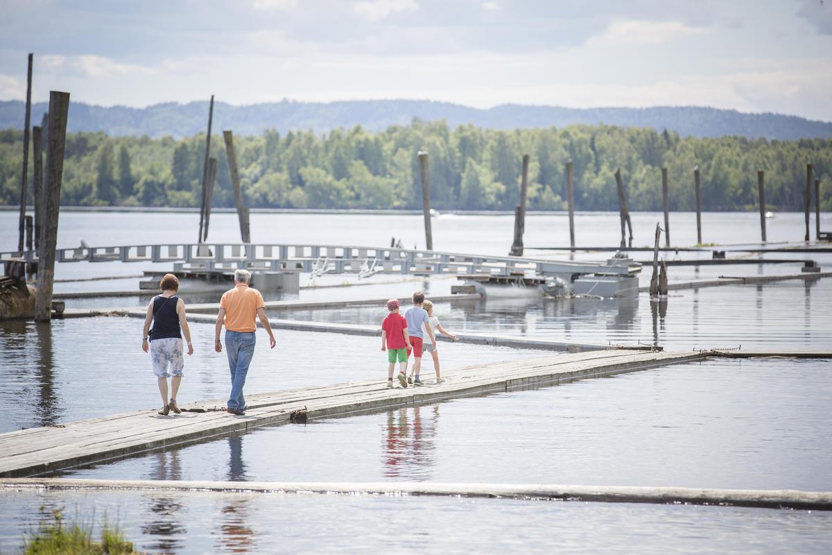 Familie som går på flåtegangene i sorteringsanlegget. Mor, far og tre barn (Foto/Photo)