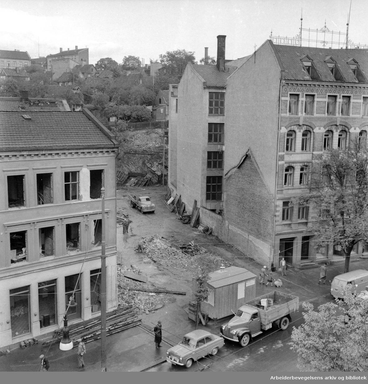 Nabohusene til Grønland brannstasjon rives, Grønlandsleiret august 1956.