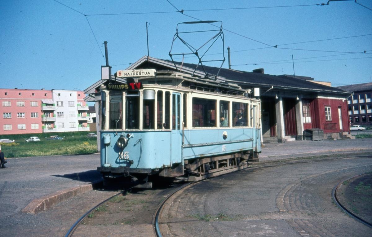 Rute 6 med Sporvogn 86 i sløyfen på Etterstad. Dette var siste dag de klassiske toakslede Kristiania-trikkene gikk i ordinær rutetrafikk i Oslo. Samme dag ble trikkelinjen til Etterstad nedlagt.