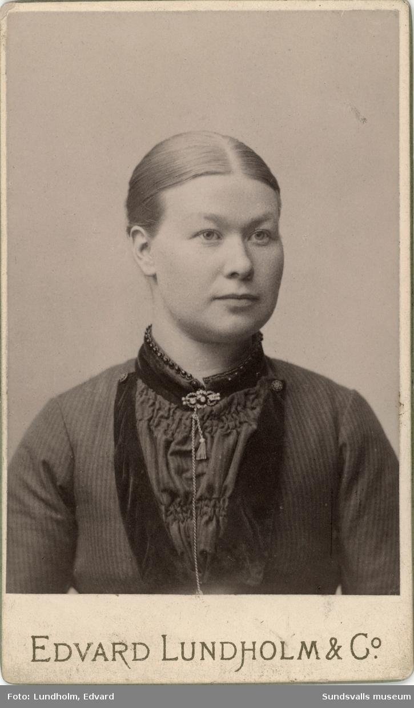 Porträtt på Alma Charlotta Lindgren senare gift Magnusson. Hon arbetade som ung i köket vid Hoppets Här's hotell och restaurang. Hon gifte sig med gårdskarlen Sven Johan Magnusson och familjen, som så småningom utökades med tre barn, bosatte sig i gårdshuset till Villa Humlegården på Baldersvägen 20.