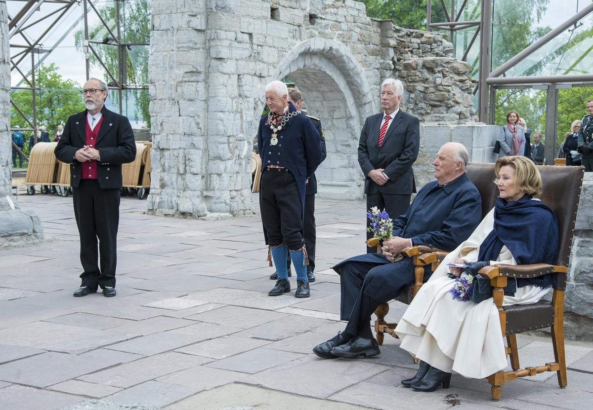 F.v. avdelingsdirektør Magne Rugsveen, Hamars ordfører Einar Busterud, fylkesmann Sigbjørn Johnsen, kong Harald V og dronning Sonja (Foto/Photo)