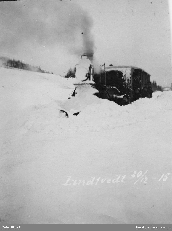 Snøryddingstog ved Lindtvedt holdeplass julen 1915 - damplokomotiv type IV