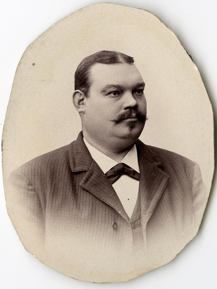 Porträtt av J. Frisk vid Stockholms Tyg-, ammunitions- och gevärsförråd.